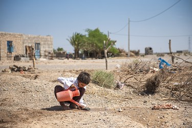 نبود آب لوله کشی و تصفیه شده بزرگترین مشکل زندگی در این منطقه میتوان نام برد