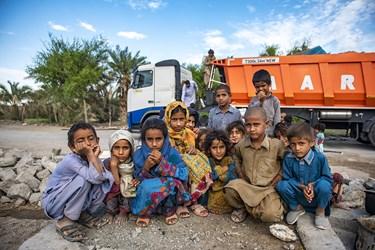 قسمت دوم بار اهدایی مردم از شهرستان ساری به روستای جلگه چاه هاشم رسید تا بین مردم توزیع شود