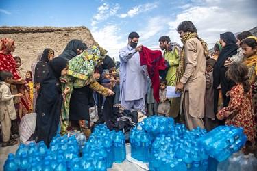 به دلیل نبود آب خوراکی مناسب در این منطقه به تمامی اهالی اب های بسته بندی شده بهداشتی و لباس اهدا میشد