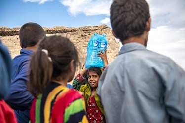 دریافت بسته های آب بهداشتی توسط کودکان