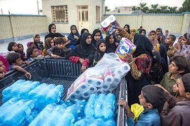 اهدا بسته های بهداشتی بین مردم این منطقه