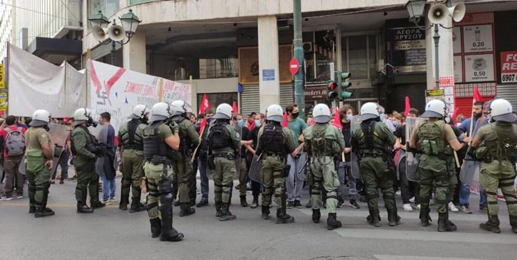 پرتاب گاز اشک آور پلیس ضد شورش به تظاهرات کنندگان ضد فاشسیتی در آتن