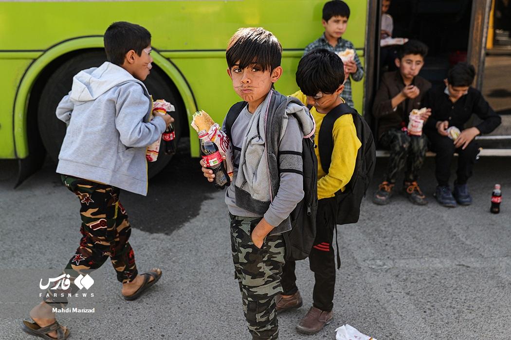 صرف نهار کودکان کار و کم برخوردار پایتخت در پایان جشنواره بادبادکها به مناسبت روز ملی کودک