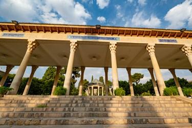کف تالار ۱۸ پله، دارای ابعاد ۸۰ * ۱۵۰ متر است. تالار حافظیه به طول ۵۶ متر و عرض ۸ متر با ۲۰ ستون سنگی به ارتفاع ۵ متر است.