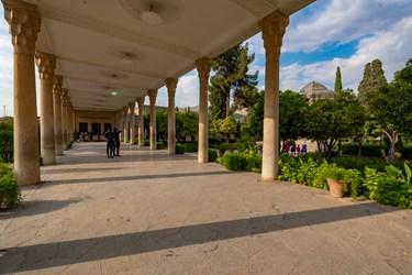 تالار حافظیه به طول ۵۶ متر و عرض ۸ متر با ۲۰ ستون سنگی به ارتفاع ۵ متر است.
