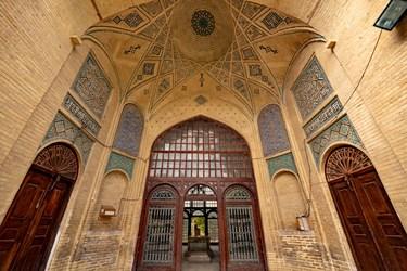 ساختمان قسمت شمالی صحن و در کنار آرامگاه حافظ که قبرهایی متعلق به شعرا،عرفا و عالمین وجود دارد.