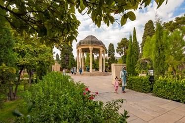 باغ باصفا، مقبره قدیمی، ایوان وسیع و بخشهای شمالی و جنوبی آرامگاه حافظ شیرازی از دیدنیترین بخشهای آرامگاه هستند.