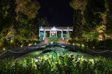 آرامگاه حافظیه مجموعاً ۲۰هزار متر مربع مساحت دارد. در وسط حیاط جنوبی باغچهی باریک بلوار مانندی است (به عرض ۴ متر) که در آن چمن و گل کاشته میشود. در طرفین این بلوار، دو راهرو به عرض ۴ متر است که به رفت و آمد بازدیدکنندگان اختصاص دارد.