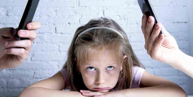 ویدئو  والدین غرق در فضای مجازی، کودکان تشنه توجه