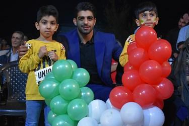 عکس یادگاری محمدهادی ساروی قهرمان طلایی کشتی فرنگی جهان با کودکان نشان از منش پهلوانی این قهرمان دارد
