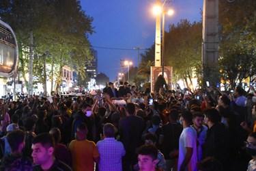 استقبال پرشور و وصف نشدنی محمدهادی ساروی از میدان قائم تا میدان 17 شهریور با وجود مسافتی اندک ساعت ها طول کشید