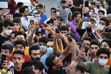 ثبت عکس یادگاری از لحظه ورود محمدهادی ساروی به شهرستان آمل توسط هوادارانش