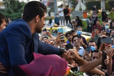 مردم شهرستان آمل صمیمانه دست قهرمانشان را میفشارند و به گرمی از او استقبال میکنند