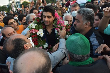 اهدای حلقه گل به قهرمان کشتی فرنگی جهان توسط فرماندارشهرستان آمل  به نیابت از مردم
