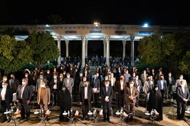 ادای احترام به سرود ملی جمهوری اسلامی ایران در مراسم بزرگداشت یادروز حافظ شیرازی