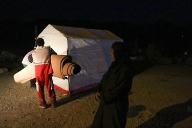 تجهیزاتی نظیر چادر و اسکان اضطراری از سوی گروههای هلالاحمر در اختیار مردم منطقه قرار داده شده تا در صورت نیاز مورد استفاده قرار گیرد.