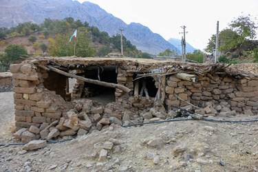 آثارتخریب خانه های سنگی بعد از وقوع زلزله
