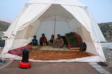 اسکان مردم در چادرهای امدادی