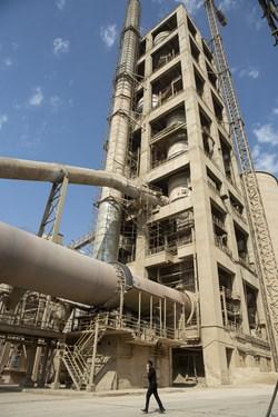 کوره پخت سنگ معدن تهیه شده با دمای بالای ۱۵۰۰ درجه سانتی گراد در کارخانه سیمان تهران