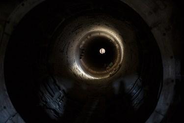 داخل یکی از کوره های پخت سیمان که به دلیل فرسودگی مورد استفاده قرار نمیگیرد در کارخانه سیمان تهران