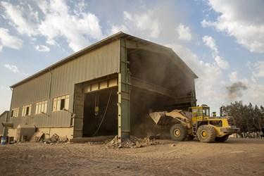 انتقال سنگ معدن استخراج شده به دستگاه خورد کن در کارخانه سیمان تهران