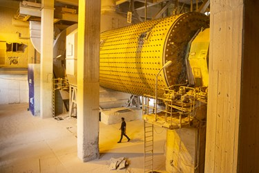 دستگاه خورد کن سنگ معدن استخراج شده در کارخانه سیمان تهران