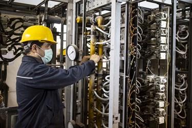 تکنسین برق در کارخانه سیمان تهران
