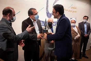 تقدیر ازبرگزیدگان در اختتامیه جایزه کتاب عاشورا
