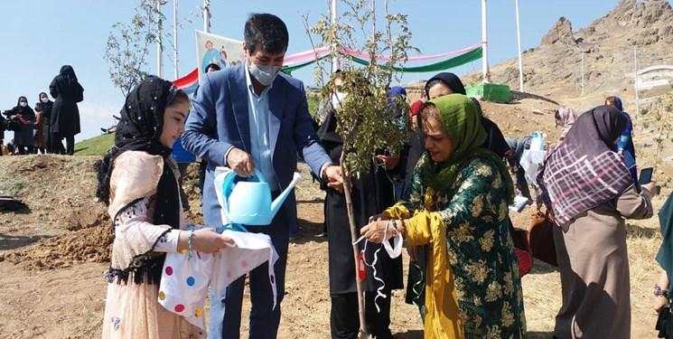 حال خوش کودکی در هفته ملی کودک/نهالکاری کودکان در بوستان کوچک رهش سنندج