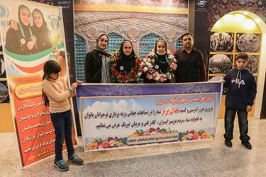 عکس یادگاری با خواهران وزنهبردار مشهدی