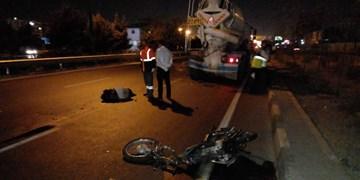 تصادف موتورسیکلت و میکسر در جاده مخصوص/ راکب ۲۸ ساله جان باخت+ عکس