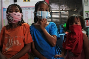 Coronavirus Mask Shortages in World Leave People with Makeshift Solutions