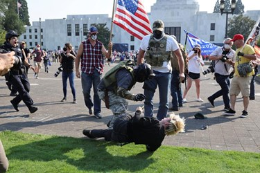 US: Trump Supporters Clash with BLM Protesters in Oregon's State Capital, Arrest Two