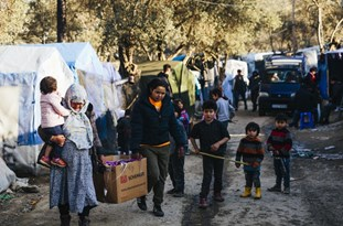 Greece: Migrants Continue Lodging in Makeshift Tents in Moria as Authorities Struggle to Relocate them to New Camp