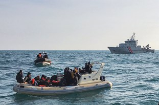 'French Navy Seen Abandoning Migrants in UK Waters'