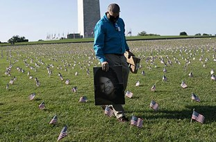US: 20,000 Flags Placed on National Mall Mark COVID-19 Deaths